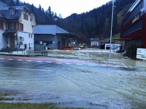 ... und bahnte sich einen neuen Weg entlang des Flussbettes bis Wolhusen Markt. (Bild: Luzerner Polizei)
