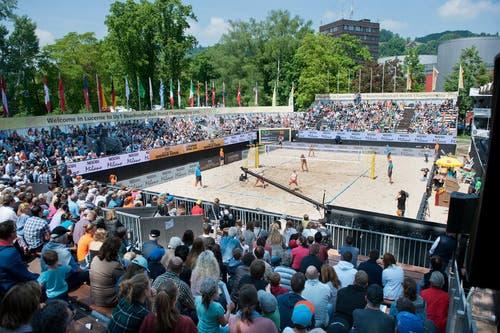 Die Zuschauertribüne ist am Samstag gut gefüllt. (Bild: Philipp Schmidli (Neue LZ))