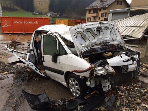 Dieser Personenwagen wurde übel zugerichtet. (Bild: Leserreporter)