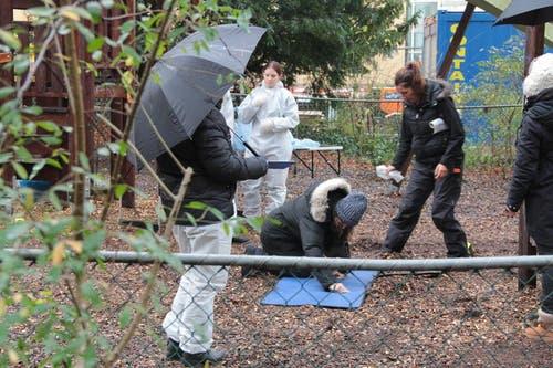 Die Crew und die Schauspieler müssen trotz Regen hart arbeiten. (Bild: Claude Hagen (Neue LZ))
