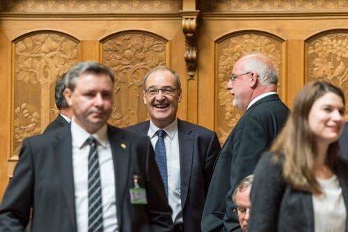 Bundesratskandidat Guy Parmelin (Mitte) lacht mit Ratskollegen während den Bundesratswahlen. (Bild: KEYSTONE / LUKAS LEHMANN)