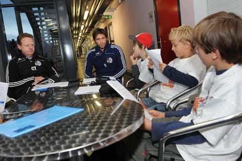 Trainer Rolf Fringer (links) und Michel Renggli nehmen sich Zeit für die Kinderreporter der Neuen Luzerner Zeitung. (Bild: Boris Bürgisser/Neue LZ)