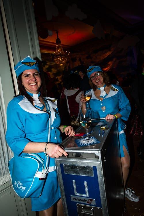 2 Stewardessen zum Thema in the Air am Guugali-Ball im Schweizerhof in Luzern. (Bild: Roger Grütter)
