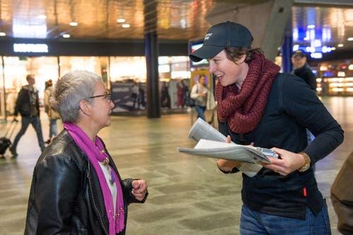 In der Zentralschweiz wurden insgesamt 5000 Exemplare verteilt, davon 3500 in Luzern. Auf dem Bild ist Flurina Valsecchi, stellvertretende Chefredaktorin und Leiterin regionale Ressorts im Gespräch mit einer Passantin zu sehen. (Bild: Nadia Schärli / Neue LZ)