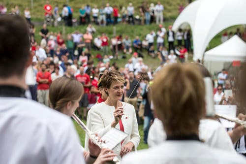 1. August: Bundespräsidentin Simonetta Sommaruga dirigiert die Musikgesellschaft Brunnen beim Spielen der Nationalhymne. Die Bundesfeier auf dem Rütli stand unter dem Motto «Gastfreundschaft». (Bild: Keystone / Alexandra Wey)