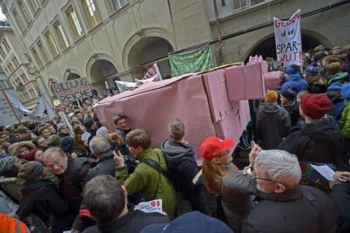 Symbolisch wurde ein Sparschein zur Demonstration mitgebracht. (Bild: Pius Amrein/Neue LZ)