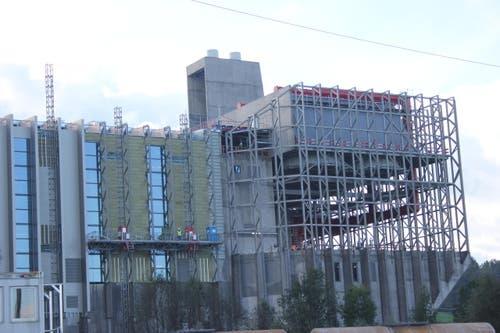 Der Fassadenbau ist einer der letzten Schritte vor der Inbetriebnahme. (Bild: Philipp Zurfluh)