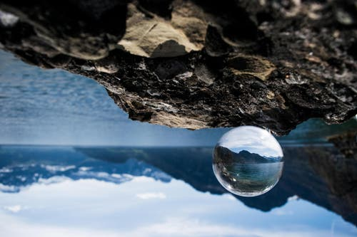 Bild aus der Abschlussarbeit von Seya Eggler: Der Vierwaldstättersee, fotografiert durch eine Glaskugel. (Bild: Seya Eggler)
