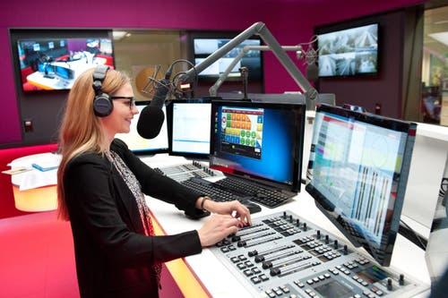 13. Oktober: Radio Pilatus hat im LZ-Medienhaus am Maihof seine neuen Studios bezogen. Auf dem Bild: Moderatorin Liliane Küng. (Bild: Boris Bürgisser / Neue LZ)