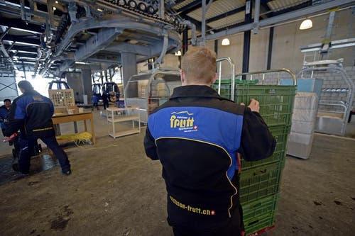 Mitarbeiter der Gondelbahn beim Verladen in der Bergstation. (Bild: Corinne Glanzmann / Neue OZ)