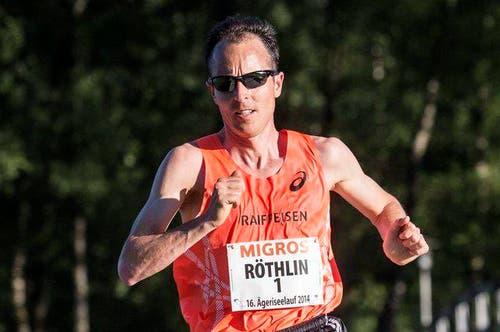 7. September: Marathonläufer Viktor Röthlin verabschiedet sich vom Spitzensport. Dieses Ereignis feiert er mit Tausenden von Läufern am Sarnerseelauf, oder «Switzerland Marathon light», wie er offiziell heisst. (Bild: Keystone / Alexandra Wey)