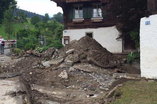 Ein Bild der Verwüstung in Dierikon am Montagmorgen nach dem Unwetter. (Bild: René Meier / Luzernerzeitung)