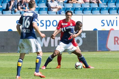 Thuns Nelson Ferreira hält Luzerns François Affolter fest. (Bild: Keystone)