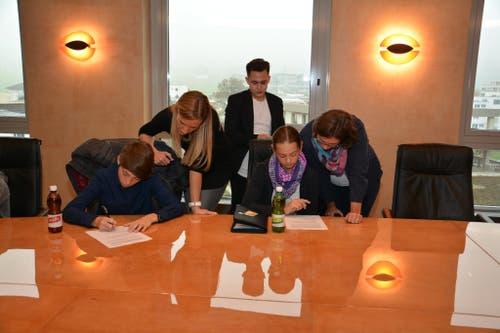Unterschreiben des Bankkundengeheimnisses in der Nidwaldner Kantonalbank. (Bild: Alexandra Bachmann)
