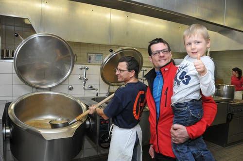 Ein Blick in die Küche mit Lager-Finanzchef Michel Schmid und dessen Sohn. (Bild: Robert Hess / Neue OZ)