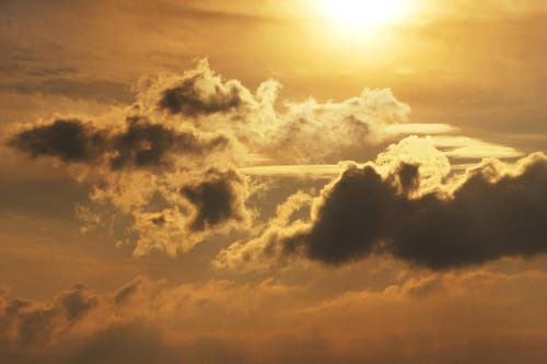 Wenn die Sonne über den Wolken leuchtet - ist der Himmel voller Poesie. (Bild: Georgette Baumgartner-Krieg)