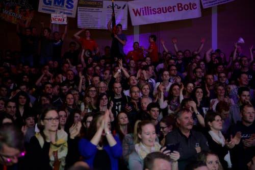 Die Zuschauer in der Halle fiebern mit. (Bild: Dominik Wunderli)