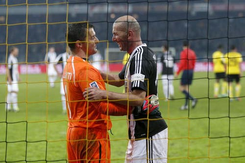 Zinedine Zidane beim Young Boys-Keeper, nachdem er einen Penalty verwandelt hat. (Bild: Keystone)