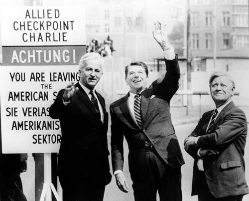 US-Präsident Ronald Reagan mit Richard von Weizsäcker und Helmut Schmidt beim Checkpoint Charlie in Berlin am 11.Juni 1982. (Bild: Keystone)