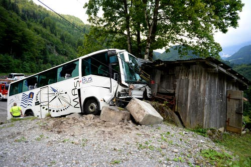 17. Juni: Im Engelbergertal sind bei einem Carunglück mehrere Personen verletzt worden. Der Car war auf der Bergstrasse zwischen Engelberg und Wolfenschiessen von der Strasse abgekommen. Im verunglückten Bus befanden sich Touristen aus China. (Bild: Keystone)