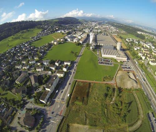 Hier neben dem Quartier Fildern in Ebikon (links) und dem Schindler (oben) entsteht die Mall of Switzerland. Bild von September 2013. (Bild: René Meier)