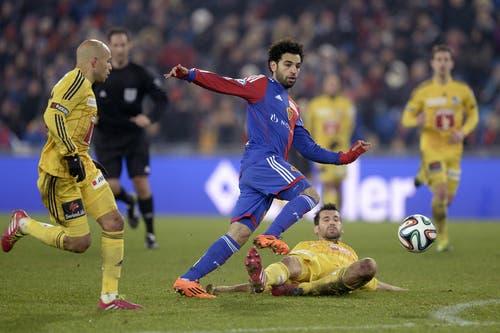 Basels Mohammed Salah (links) kämpft gegen Luzerns Michel Renggli um den Ball. (Bild: Keystone)