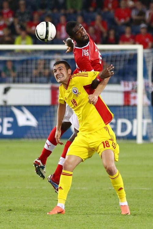 Johan Djourou (oben) gegen Marius Silviu Alexe. (Bild: Philipp Schmidli / Neue LZ)