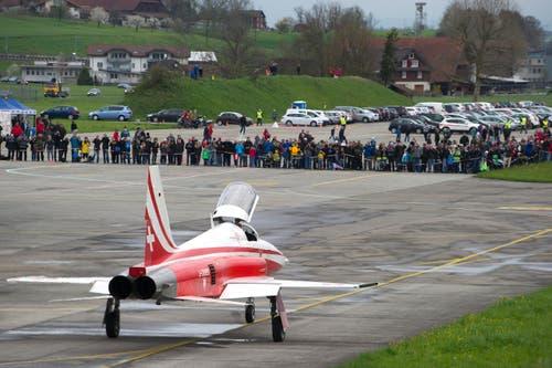 Zuschauer, die gekommen sind, um die Flugshow der Patrouille Suisse zu sehen. (Bild: Keystone)