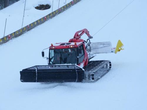 Damit das Pistenfahrzeug überhaupt den steilen Hang hinauf und wieder hinunterfahren kann, wird die Pistenmaschine an einem Stahlseil gesichert (Bild: PD)