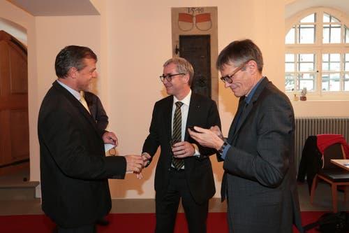 Andrian Halter, links, gratuliert Erich Ettlin. Rechts Karl Vogler. (Bild: Roger Zbinden / Neue LZ)