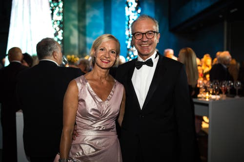 Gewohnt schillernd war die Eröffnungsgalal: Im Bild ist Manuela Jost mit Dominique Criblez. (Bild: Roger Grütter)