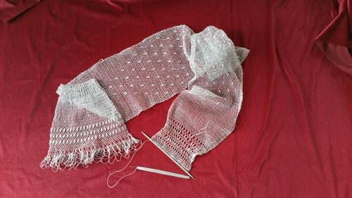 Ein selbstgeknüpfter Schal. Geknüpft in der traditionellen Technik des Filetknüpfens/Filochierens, die gerade jüngere Personen kaum mehr kennen. Der Schal ist auf den Fotos noch nicht fertig, denn es ist eine sehr zeitintensive Arbeit.