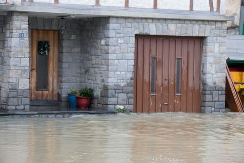 Haustüre und Garagentor eines betroffenen Hauses. (Bild: Keystone / Urs Flüeler)