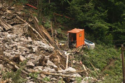 Zwei Bauarbeiter wurden verletzt, einer wird noch vermisst. (Bild: Leser Peter Lienert)