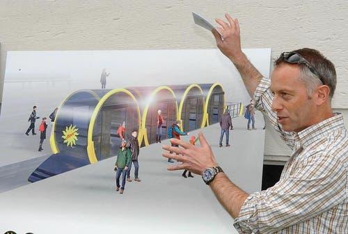 Ueli Suter von der Garaventa AG erläutert die Visualisierung der neuen Stoosbahn. (Bild: Bert Schnüriger/Neue SZ)