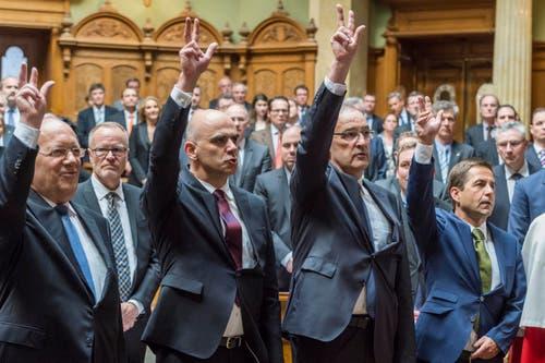Der neuformierte Bundesrat wird von der Vereinigten Bundesversammlung vereidigt: (v.l.n.r.) Johann Schneider-Ammann, Alain Berset, Guy Parmelin und der neugewählte Bundeskanzler Walter Thurnherr. (Bild: LUKAS LEHMANN)