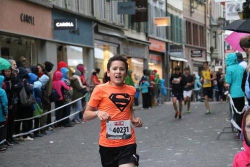 Läufer der Kategorien U16, U18 und U20 sind auf der Laufstrecke unterwegs. (Bild: Ramona Geiger / luzernerzeitung.ch)