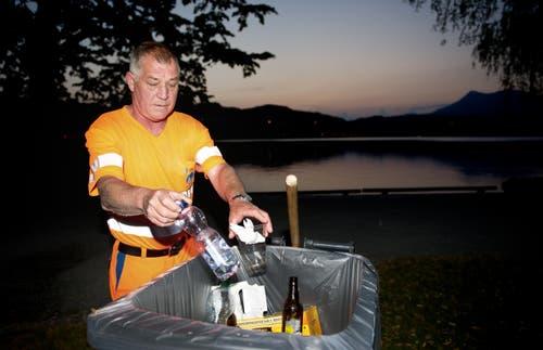 Albert Kreienbühl von der Stadtreinigung am Samstagmorgen bei der Arbeit beim Inseli. (Bild: Corinne Glanzmann / Neue LZ)