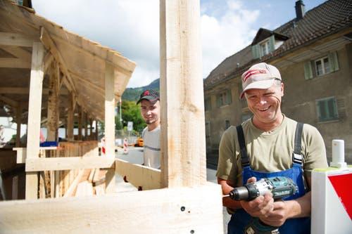 Andreas Theiler (links) und Ruedi Rey beim Aufbau des Siloballen Tenn. (Bild: Corinne Glanzmann)