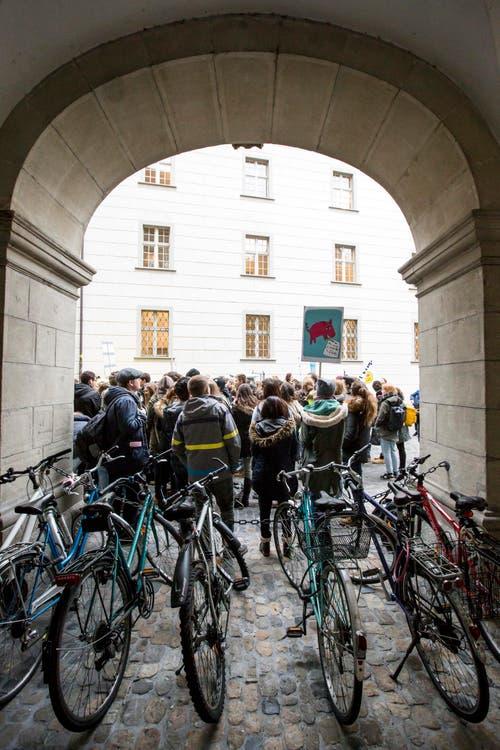 ... zum Luzerner Regierungsgebäude gezogen. (Bild: Keystone / Alexandra Wey)