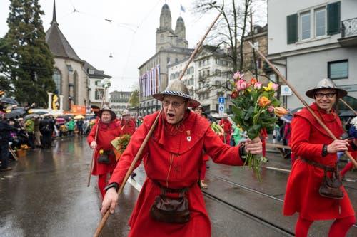Die Luzerner nehmen Zürich in Besitz: Als Speerträger fungieren bei der Safran-Zunft die «Rothenburger». (Bild: Roger Grütter / Neue LZ)