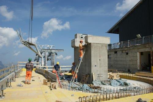 Es werden gleichzeitig Bahntechnik und Betonarbeiten ausgeführt. (Bild: Philipp Unterschütz)