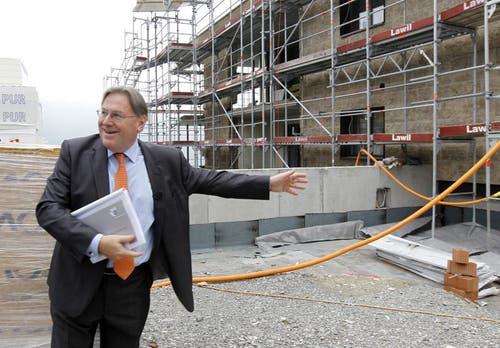 Bruno H. Schoepfer, CEO des Bürgenstock Resorts, vor dem Neubau des Panorama Residence Hotel. (Bild: Keystone)