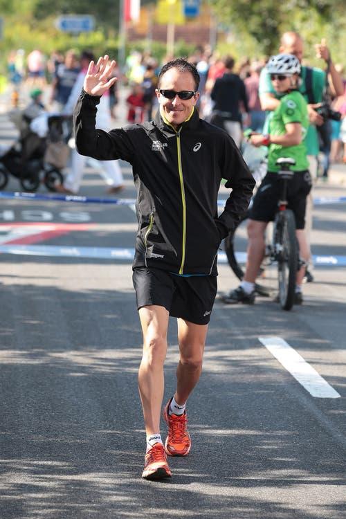Der Switzerland Marathon Light 2014 fotografiert am Sonntag 70.09.2014 in Sarnen. Viktor Röthlin beim Startgelände. Er giebt u. A. der Startschuss der Schulklassenkategorien. Bild Roger Zbinden Neue OZ /07.09.2014 (Bild: Roger Zbinden (Neue LZ))