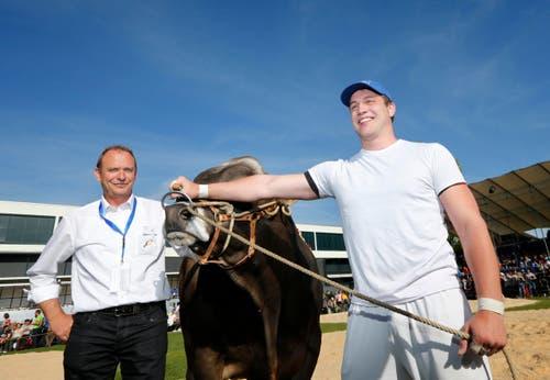 Marcel Bieri gewinnt diesen Stier, hier mit OK-Präsident Walter Lipp (links). (Bild: Stefan Kaiser)