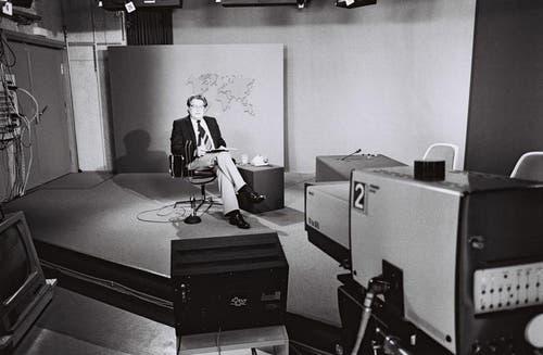 1979: Hermann Schlapp im Tagessschau-Studio. (Bild: SRF)