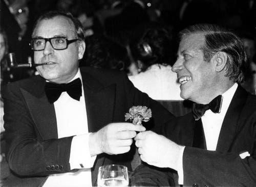 """Helmut Kohl (links) zusammen mit Helmut Schmidt am 16. November 1974 beim """"The Federal Press Ball"""" in Bonn. (Bild: Keystone)"""