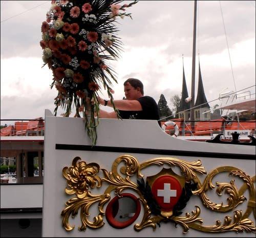 Zurück in Luzern, wird der festliche Blumenkranz wieder entfernt. (Bild: Leserbild: Sepp Bernasconi)