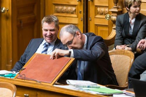 Was sucht Bundesratskandidat Guy Parmelin, hier neben SVP-Präsident Toni Brunner, hier in seinem Pult? (Bild: PETER KLAUNZER)