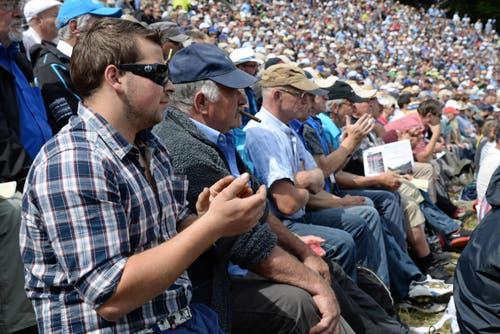 Zuschauer verfolgen das Geschehen im Sägemehl-Ring. (Bild: Robert Hess / Neue OZ)